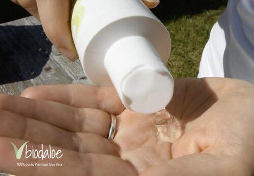 Eine Kleine Menge des Aloe Vera Reinigungsgels auf die Hand geben