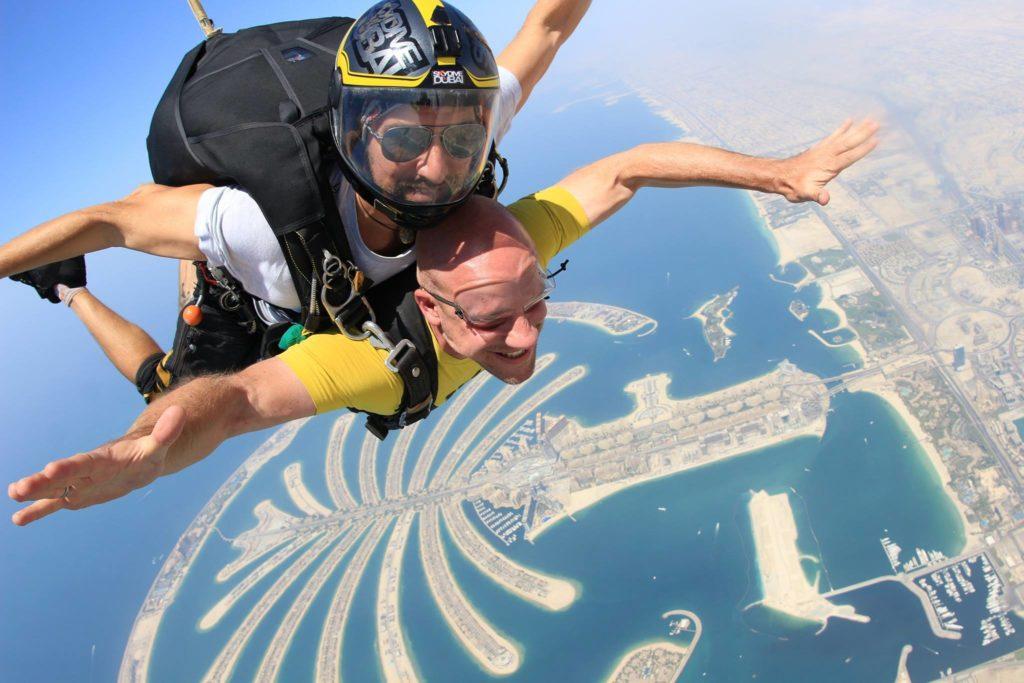 Thomas beim Fallschirmsprung in Dubai